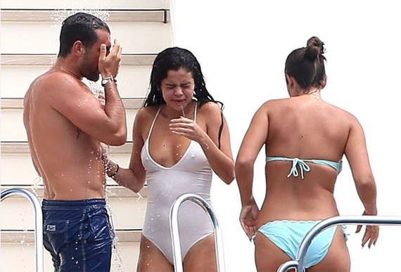 Selena Gomez Perky Pokies on the Sea and other Daily Links