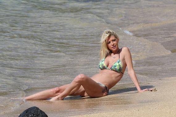 Tara Reid - bikini candids in Hawaii