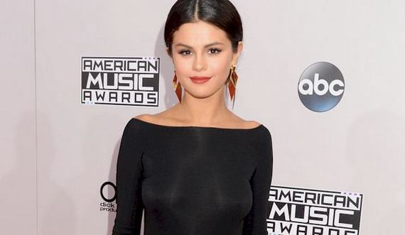 Selena Gomez Braless at the 2014 American Music Awards and other Daily Links